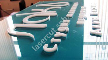 Таблички с плоскими буквами